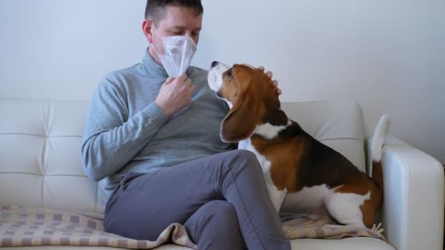 人把醫用口罩戴在臉上,以保護或防止疾病傳播 - {{asset.href}} 個影片檔及 b 捲影像