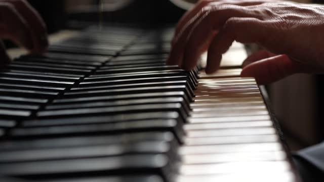 vídeos de stock e filmes b-roll de man playing a piano, macro, close-up - piano