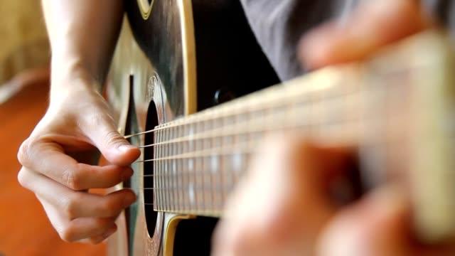 man spelar akustisk gitarr i plockning finger stil-närbild - akustisk gitarr bildbanksvideor och videomaterial från bakom kulisserna