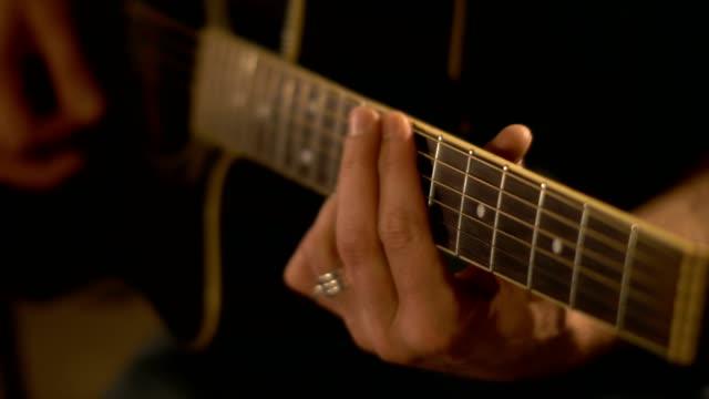 man spela akustisk gitarr - akustisk gitarr bildbanksvideor och videomaterial från bakom kulisserna