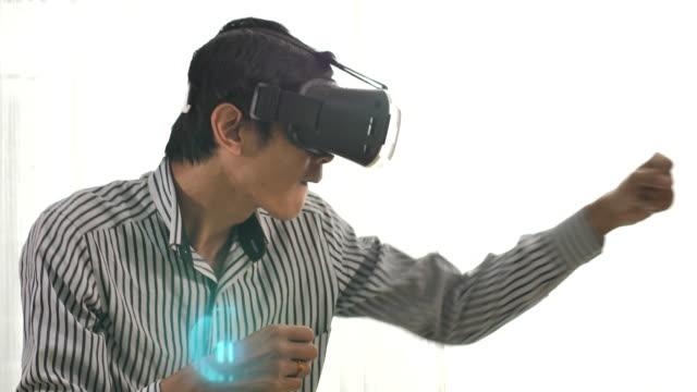 vídeos de stock e filmes b-roll de man playing boxing game with vr glasses - man joystick