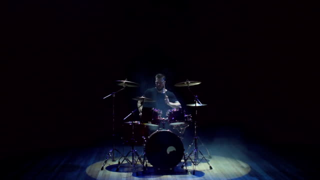 en man som spelar trummor på en konsert eller part. - trumset bildbanksvideor och videomaterial från bakom kulisserna
