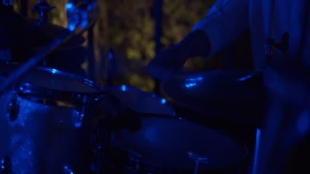 man spelar trummor - trumset bildbanksvideor och videomaterial från bakom kulisserna