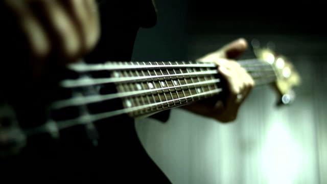 vídeos de stock, filmes e b-roll de homem tocando guitarra elétrica bass - músico pop
