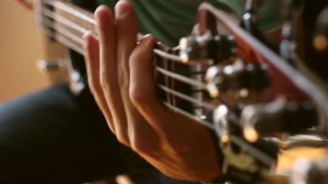 man playing 電気ベースギター - ミュージシャン点の映像素材/bロール