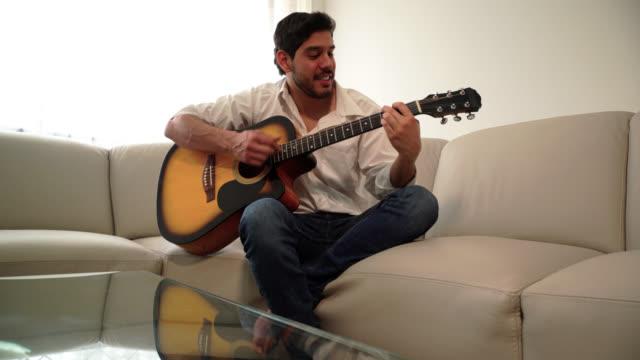 man spelar gitarr i rummet - gitarrist bildbanksvideor och videomaterial från bakom kulisserna