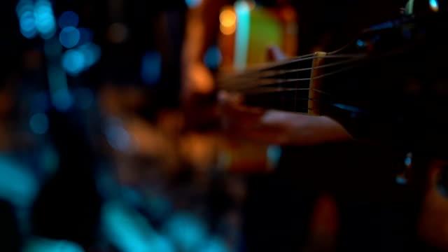 vídeos de stock, filmes e b-roll de homem que joga a guitarra - música acústica