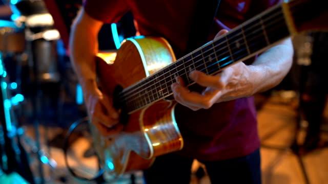 man spelar gitarr - gitarrist bildbanksvideor och videomaterial från bakom kulisserna