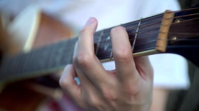 uomo che suona la chitarra - arto umano video stock e b–roll