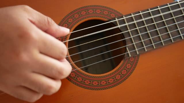 man spela gitarr - akustisk gitarr bildbanksvideor och videomaterial från bakom kulisserna