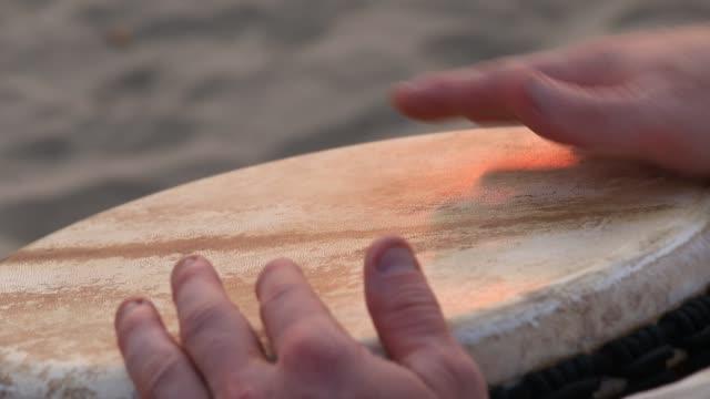vidéos et rushes de homme qui joue sur un tambour bongo se bouchent. mains de tambours, mouvement, rythme. état de goa, arambol beach. inde - instrument à percussion