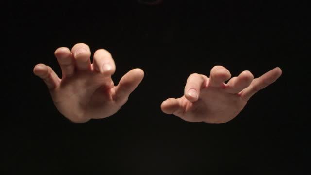 男は架空のピアノで演奏します。黒の分離の手 - 透明点の映像素材/bロール