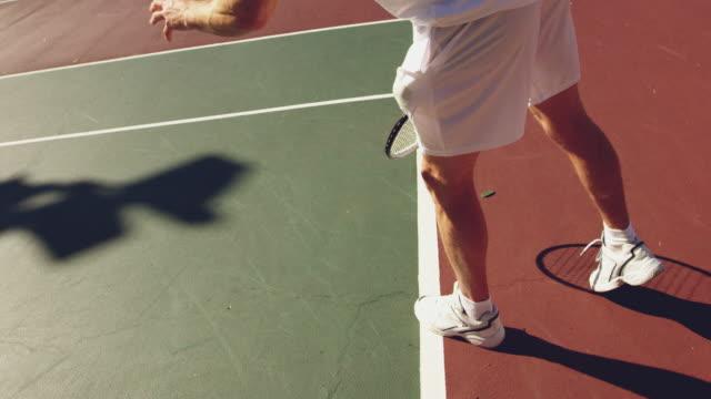晴れた日にテニスをしている男性 - テニス点の映像素材/bロール