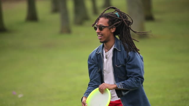 stockvideo's en b-roll-footage met man spelen met een frisbee - samen sporten