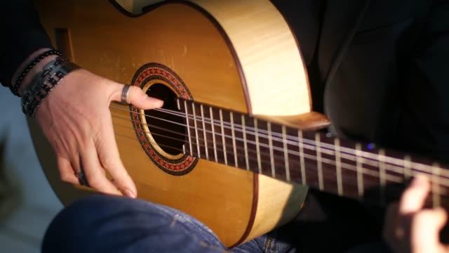 man spelar akustisk gitarr, närbild - akustisk gitarr bildbanksvideor och videomaterial från bakom kulisserna