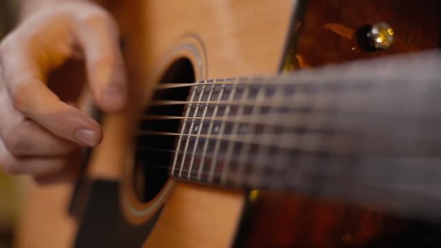 man spelar gitarr närbild - akustisk gitarr bildbanksvideor och videomaterial från bakom kulisserna