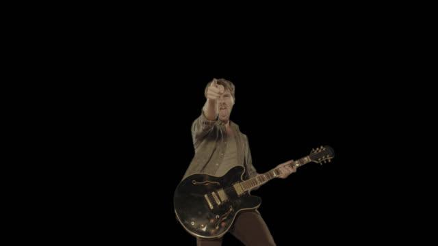 man spelar gitarr. isolerad klipp alfakanal tillgänglig i 4 k-versionen - gitarrist bildbanksvideor och videomaterial från bakom kulisserna