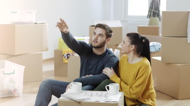 Homme de pointage et montrant quelque chose sur le mur à sa petite amie - Vidéo
