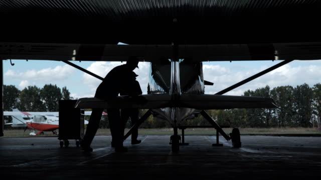 mann polieren flugzeug - gefreiter stock-videos und b-roll-filmmaterial