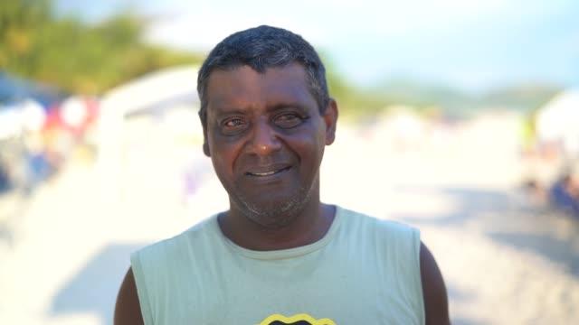 man portrait at beach - 50 54 lata filmów i materiałów b-roll