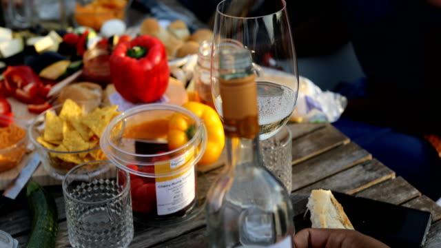 man hälla alkohol i vinglas på bordet - vin sommar fest bildbanksvideor och videomaterial från bakom kulisserna