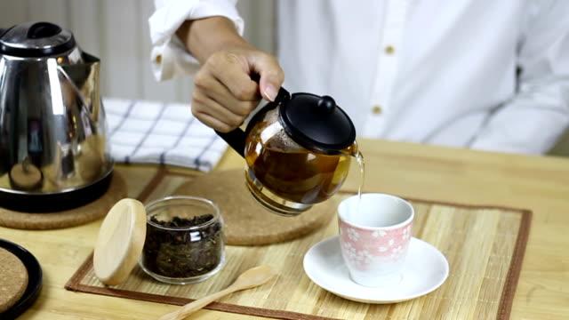 男注ぐお茶 - ソーサー点の映像素材/bロール