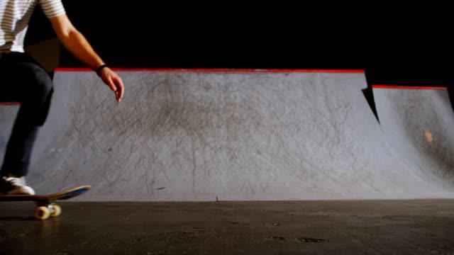 stockvideo's en b-roll-footage met man beoefenen skateboarden in skateboard arena 4k - 25 29 jaar