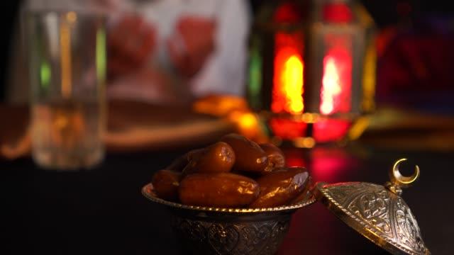 man bedjande. break snabb under ramadan - ramadan bildbanksvideor och videomaterial från bakom kulisserna