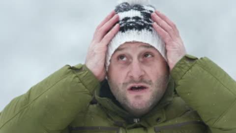 vidéos et rushes de hd: l'homme se prépare pour le froid - froid