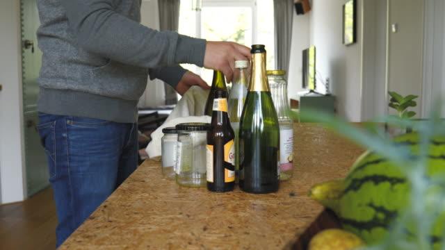 mann bereitet glas bfor recycling zu hause - altglas stock-videos und b-roll-filmmaterial