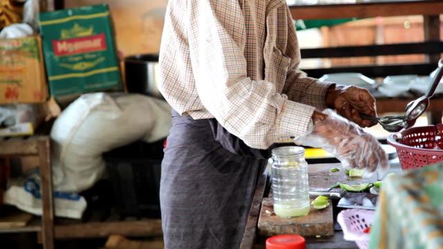 мужчина готовит сок лайма - burma home do стоковые видео и кадры b-roll