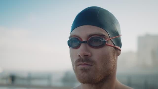 vídeos de stock, filmes e b-roll de homem preparando-se para a piscina - natação