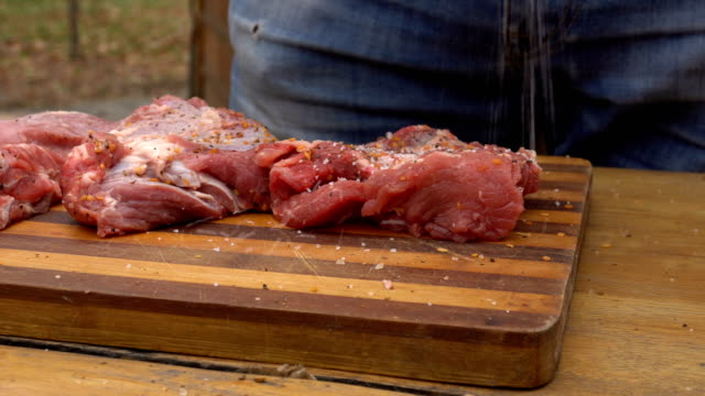 バーベキューのために肉を準備する男 - ローフード点の映像素材/bロール