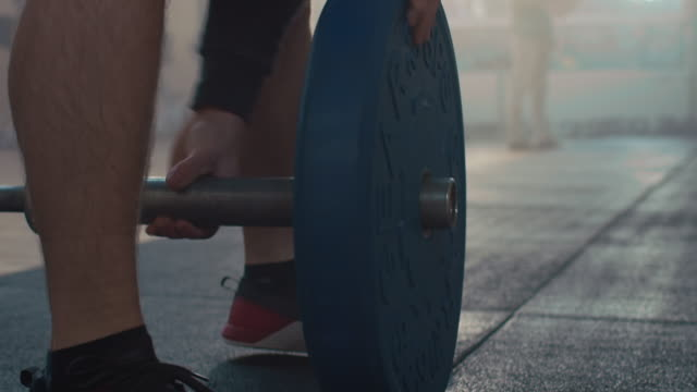 Man preparing weights video
