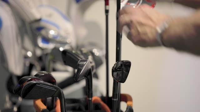 vidéos et rushes de homme tirant le club du sac de golf - fermez vers le haut - golf