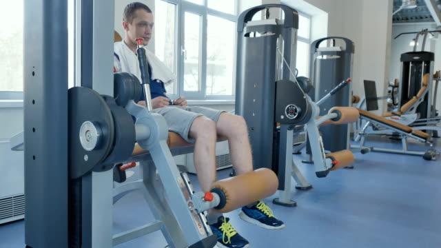 stockvideo's en b-roll-footage met man pompen zijn quadriceps - menselijke spier