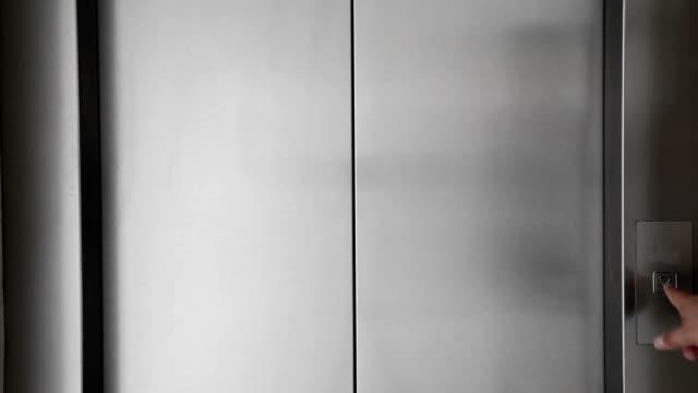 Mann Drücken Sie Knopf und Aufzug Türen – Video