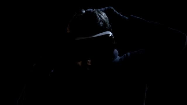 l'uomo indossa occhiali di realtà virtuale e vede cifrare, criptato in ologrammi - occhiali protettivi video stock e b–roll