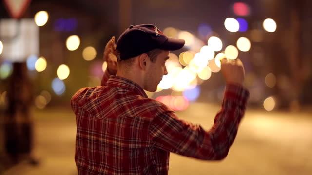 adam şapkasını koyar - kep şapka stok videoları ve detay görüntü çekimi