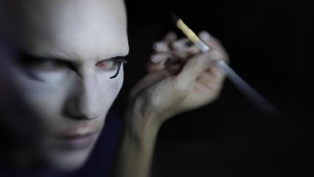 stockvideo's en b-roll-footage met man zetten make-up op zijn gezicht - drag queen
