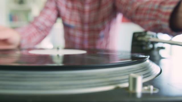 ターン テーブルにレコードとスタイラス針を置く男 - アナログレコード点の映像素材/bロール