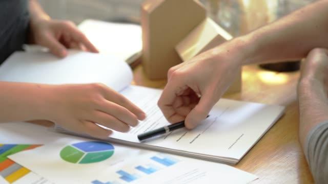 Hombre poner firma en contrato de préstamo de documentos, compra de inmuebles, contrato de éxito comercial se ocupa de venta representan. - vídeo