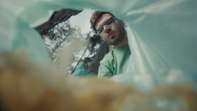 Mann legt Müll in Plastiktüte – Video