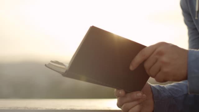 책 읽는 노인 - reading 스톡 비디오 및 b-롤 화면