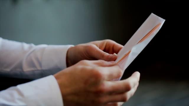 stockvideo's en b-roll-footage met een man die het lezen van een brief van zijn vrouw - snavel