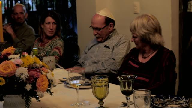 vídeos y material grabado en eventos de stock de un hombre lee de un libro en una mesa durante una pascua - pascua judía