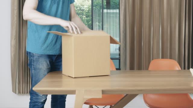 vídeos de stock e filmes b-roll de man receive package - cardboard box