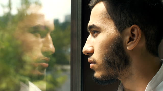 man reflected in a window - odbicie zjawisko świetlne filmów i materiałów b-roll