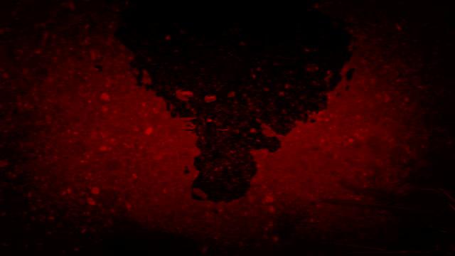 男はブラッド・レッド・リバーに映る - 不吉点の映像素材/bロール