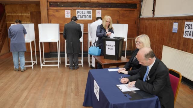 vidéos et rushes de 4k: homme inscription pour voter à l'élection - voter au bureau de vote - vote